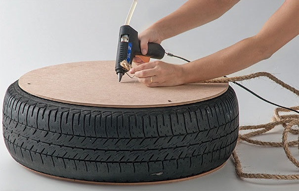 Автомобильное колесо/покрышка переделана в веревочный столик. Можно даже сделать из него столик-хранилище с крышкой