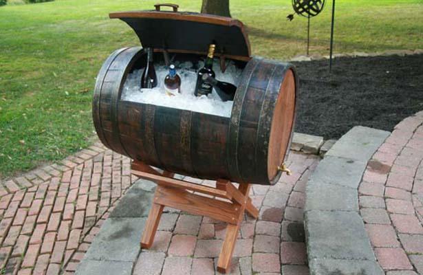 летнее хранилище для алкоголя из старой бочки
