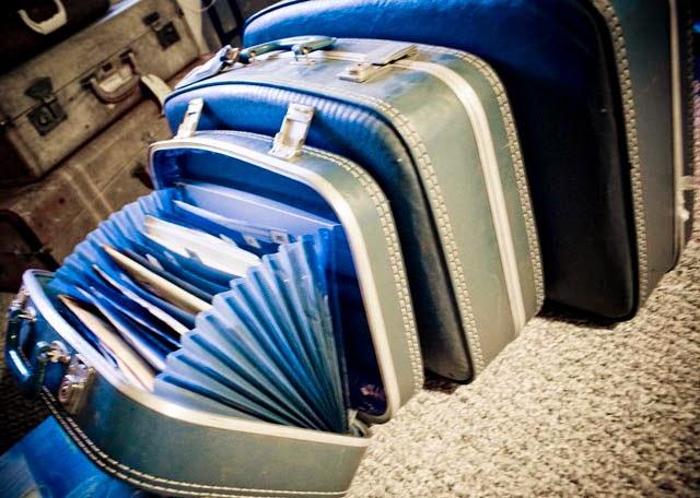 Вклейте папку-органайзер в старый винтажный чемодан, и получите портфель для бумаг