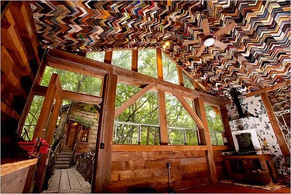 старыми уголками-шаблонами от рамок владелец багетной мастерской выложил скошенный потолок чердака загородного дома