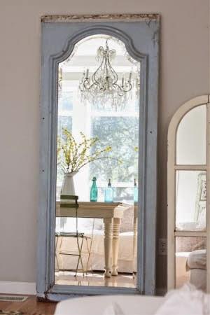 большие настенные зеркала из дверей и старых оконных рам