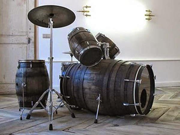 Демократичная барабанная установка из старых деревянных бочек
