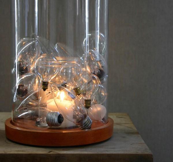 таким образом можно украсить перегоревшими лампочками крупный плафон для свечи