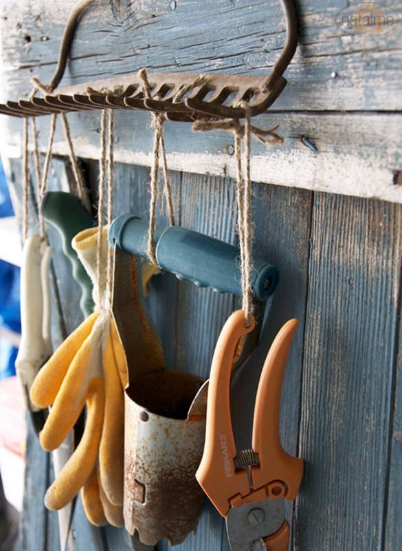 Насадка для граблей становится крючками для садового инвентаря