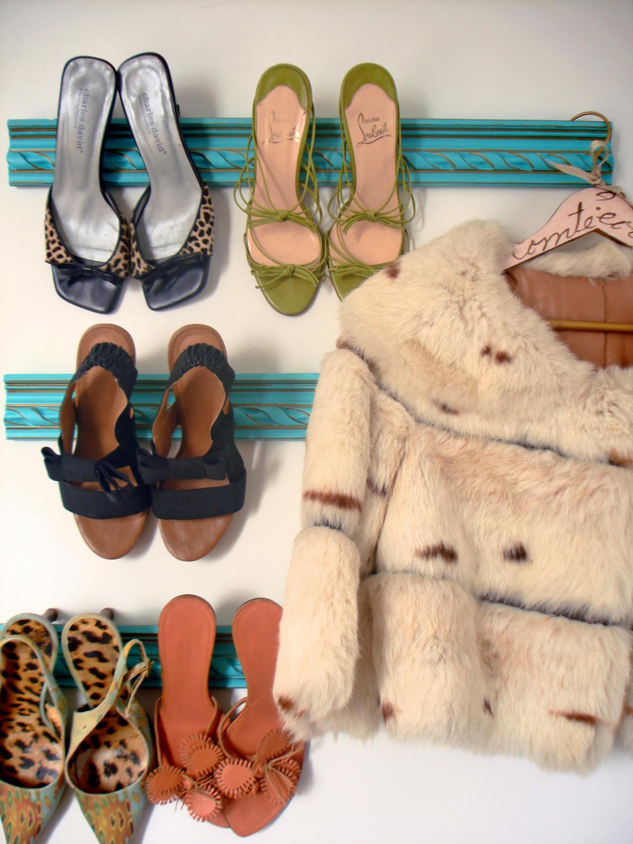 Окрашенный и прикрепленный к стене старый карниз или плинтус становится держателем для обуви