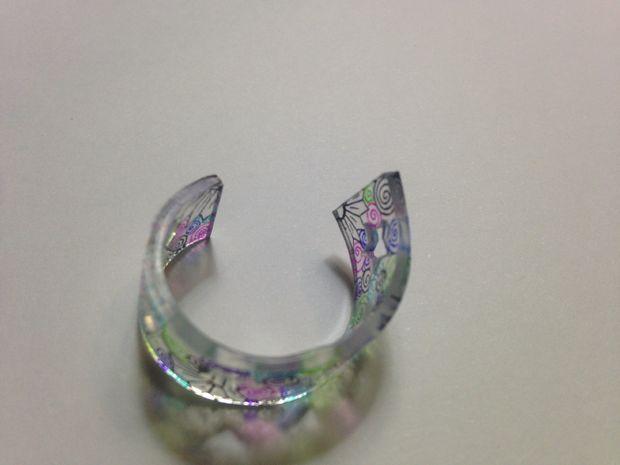 Кольцо получилось неровным? Положите его обратно в духовку на 20 секунд или около того, чтобы материал смягчился, а ваше кольцо чуть распрямилось.