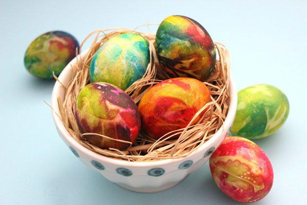 Как покрасить яйца на Пасху космическими разводами