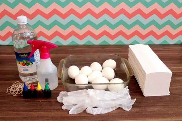 Исходные материалы для окрашивания яиц на Пасху космическими разводами