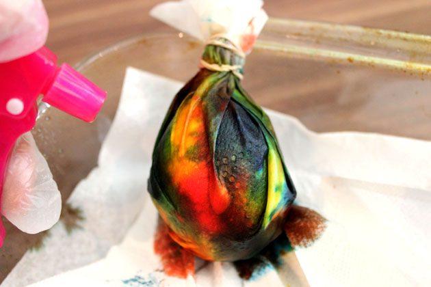 Покрыли яйцо краской – еще раз опрыскайте его полностью уксусом с водой