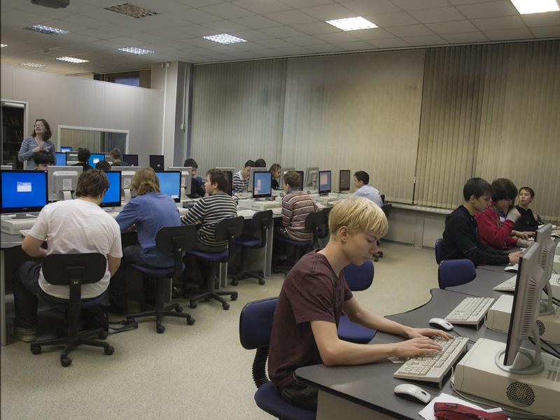 школьники старшеклассники на компьютерных курсах сидят за компьютерами работают
