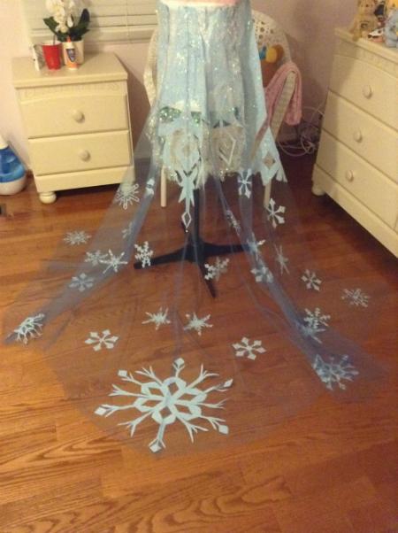 плащ королевы Эльзы с нарисованными снежинками