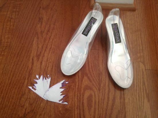 прозрачные туфельки (гибкий пластик) на невысоком (или высоком – на ваше усмотрение) каблучке и эскиз для выреза