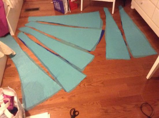 нарежьте из голубой ткани (под цвет снежинок в парике) 8 длинных трапециевидных деталей