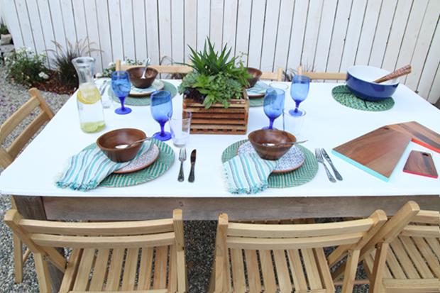 яркий, элегантный и стимулирующий аппетит стол на свежем воздухе: сервировка