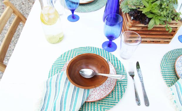расцветка салфетки, а также исходная плетеная подставка под горячее и тарелка в цветочек на ней