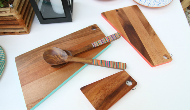 доски для нарезки и ложки - имеют относительно яркие вставки по бокам и на ручках