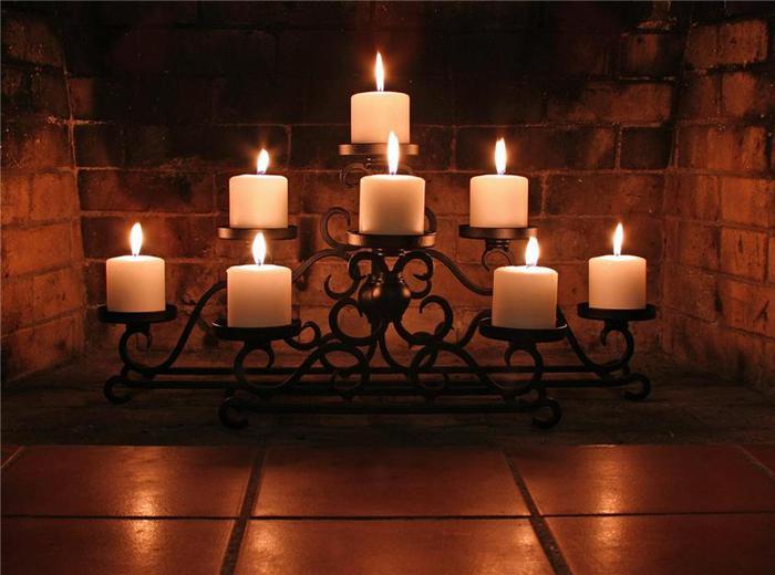 настоящие свечи в подсвечнике внутри камина