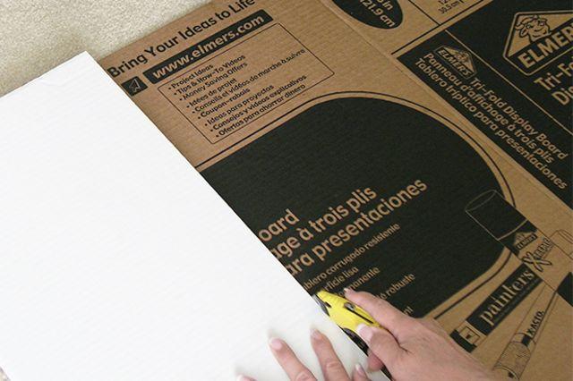 при нарезке картона используйте доску, как направляющую для ножа