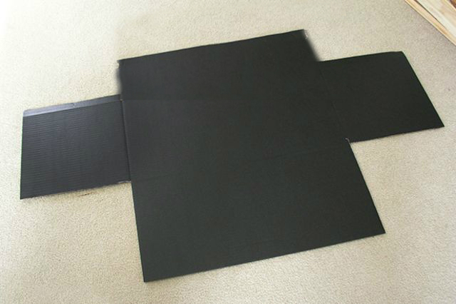 вырезайте из листа картона не совсем симметричный крест