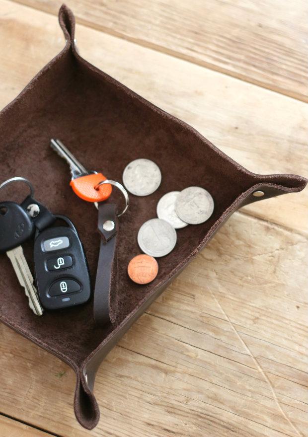 Как сделать лоток/чашу для прихожей из старой кожи: красиво храним ключи и мелочь