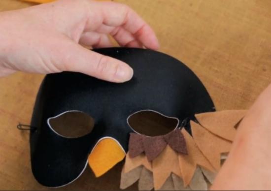 """Клеим третий ряд фетровых """"перьев"""" на маску - под прорези для глаз"""