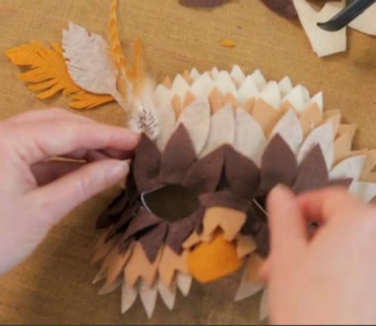 можно использовать для «бровей» у маски перья настоящие