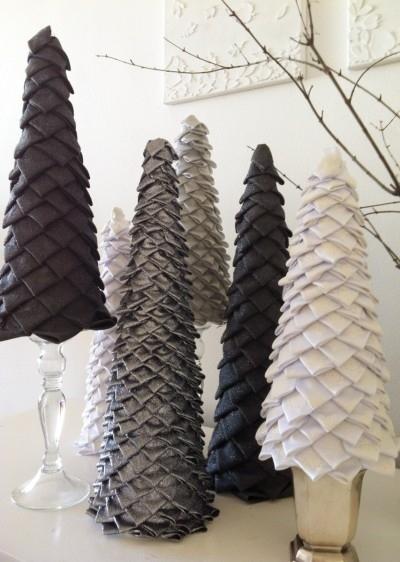 Настольные новогодние елки своими руками - на основе конусов: конус украшается треугольниками из лент, полосок ткани или бумаги