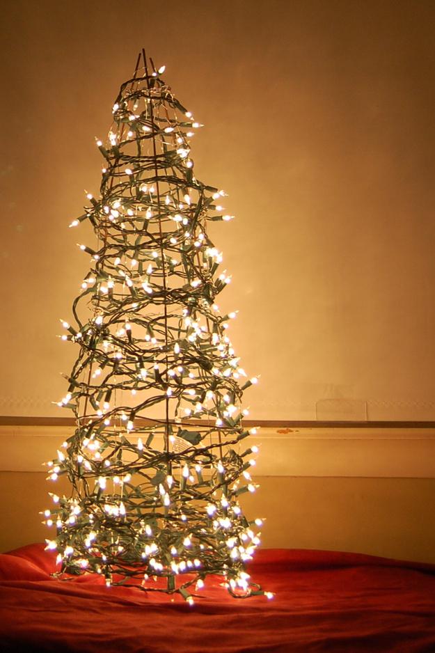 Как сделать новогоднюю елку своими руками: большой конус из проволки обмотать елочными гирляндами с фонариками