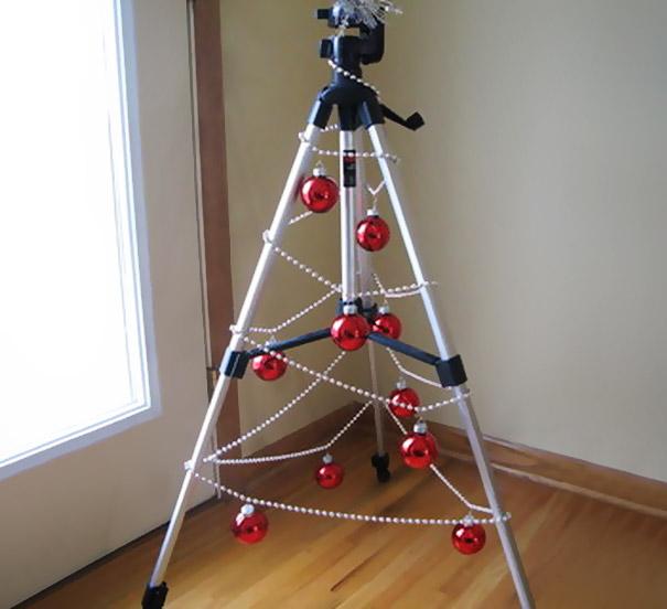 Креативные люди украшают на Новый год штативы вместо елок