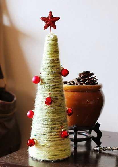 Настольные новогодние елки своими руками - на основе конусов: конусы, обмотанные нитками/пряжей/проволокой в креп-бумаге