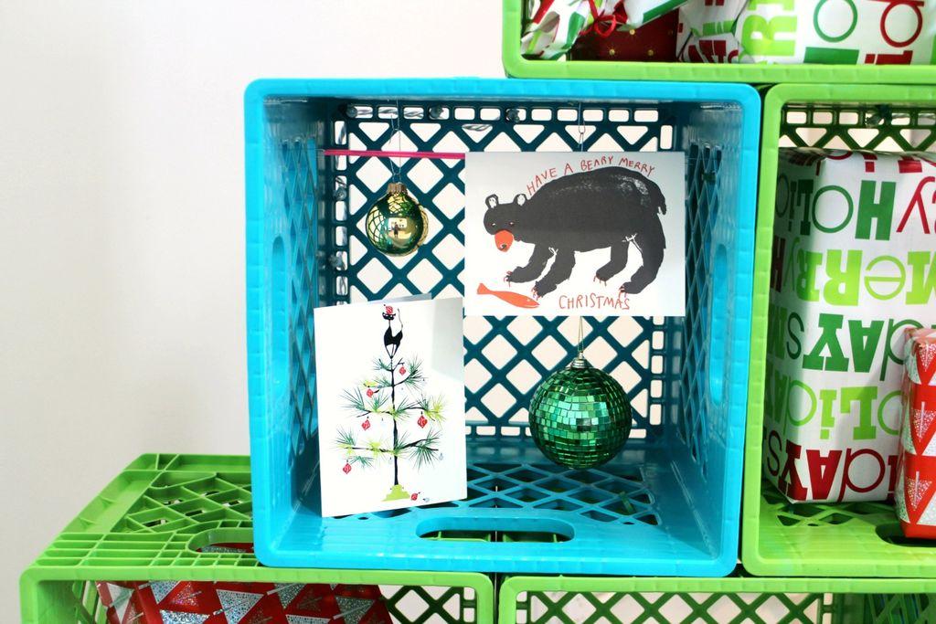 Как сделать новогоднюю елку своими руками: елка из цветных пластиковых ящиков - инструкция в картинках, пошаговая - в сами ящики вкладываем елочные игрушки, новогодние открытки и что угодно еще