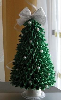 Настольные новогодние елки своими руками - на основе конусов: из зеленых заостренных лепестков в технике канзаши