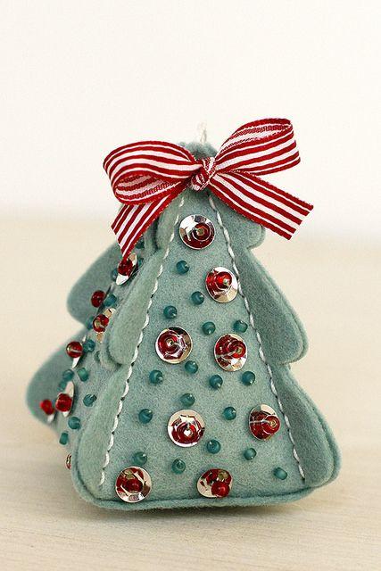 Как сделать новогоднюю елку своими руками: из фетра пирамидкой
