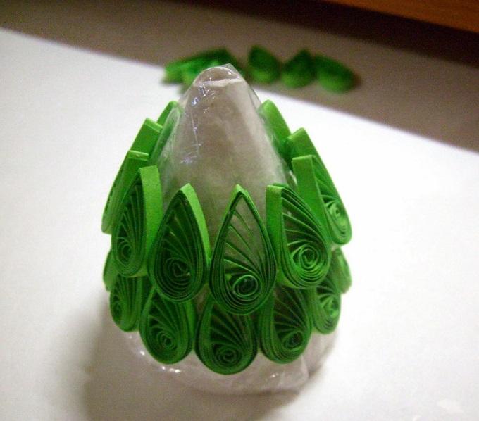 На конус наклеиваются зеленые детали «каплями», выполненные в технике квиллинга