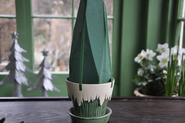 Как сделать новогоднюю елку своими руками: из веточек самшита на флористической губке - обрезаем губку, ставим и закрепляем в цветочном горшке