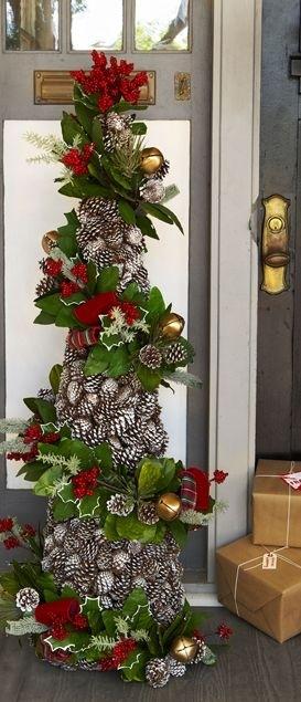 Настольные новогодние елки своими руками - на основе конусов: наклеиваем шишки