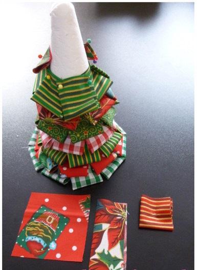 Очень оригинальная новогодняя елочка из сложенных вчетверо прямоугольников ткани с разным (но сочетающимся между собой) принтом