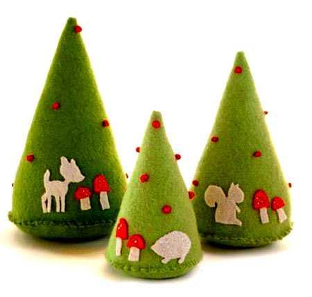 Как сделать новогоднюю елку своими руками: объемные конусы из украшенного зеленого фетра
