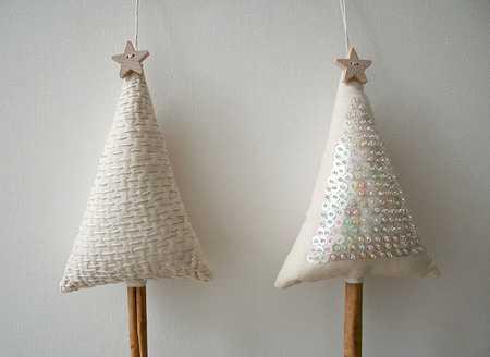 Как сделать новогоднюю елку своими руками: сшить два треугольника из ткани, набить, украсить