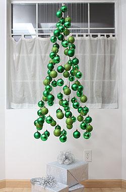 Сделайте навесную «елку» из елочных шаров