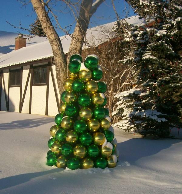 Настольные елки на конусах разной высоты: елка из елочных шаров - на улице