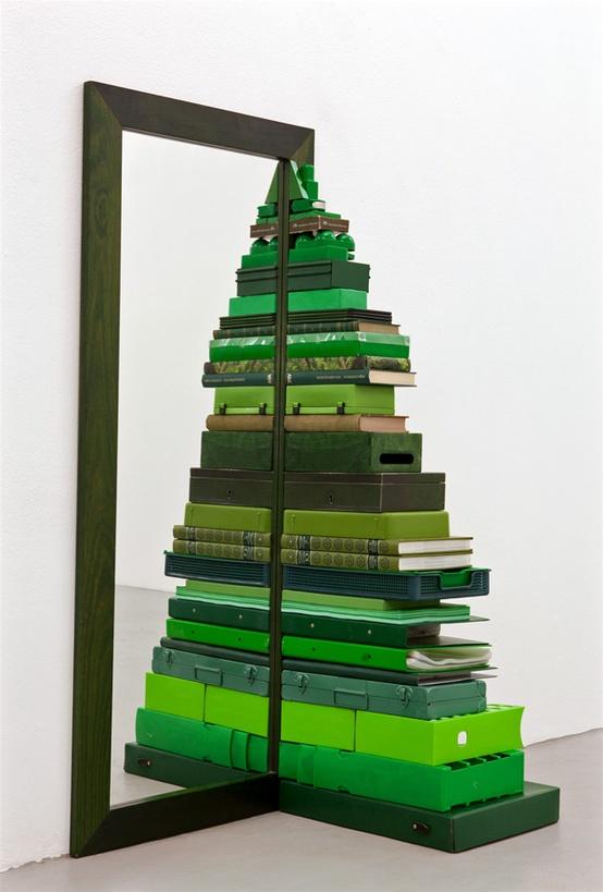 Как сделать новогоднюю елку своими руками: половина елки из коробок около зеркала - вторая половина отражается