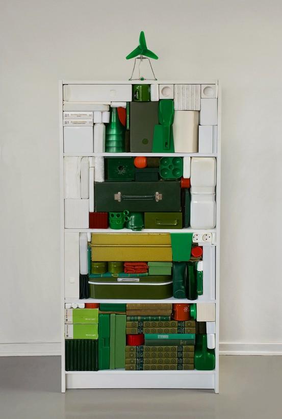 Как сделать новогоднюю елку своими руками: зеленые коробки и папки слодены в форме елки в открытом книжном шкафу