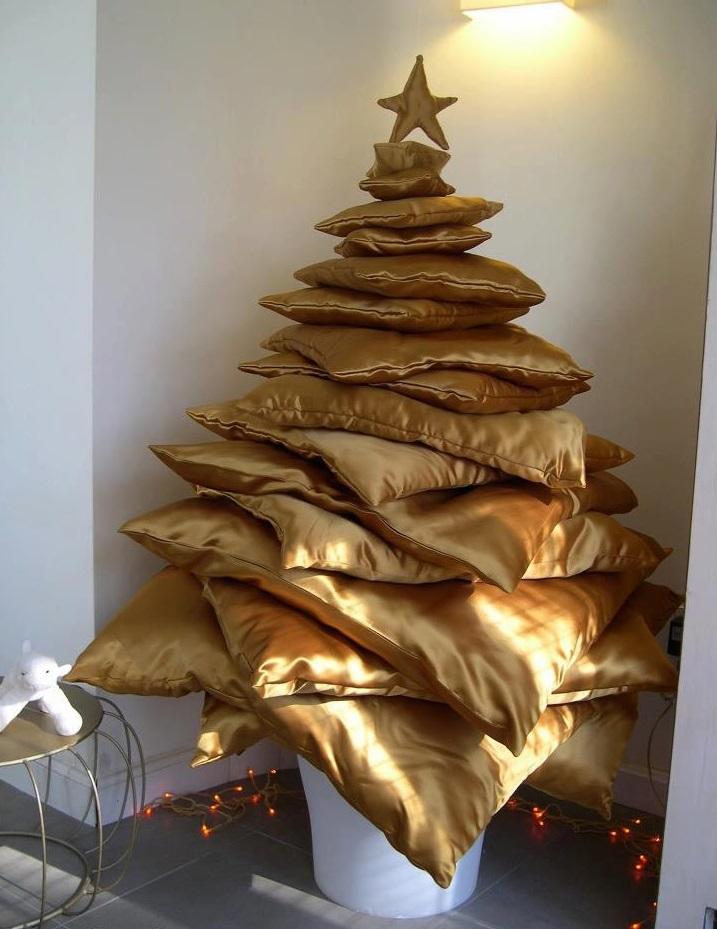 Как сделать новогоднюю елку своими руками: золотые подушки, сложенные пирамидкой