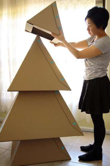 Японцы придумали скалывать елки из уменьшающихся по размеру картонных пирамидок