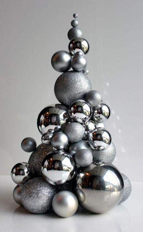 Но именно из шаров, к слову, можно клеить елку без конуса-основы, если под рукой также имеются шарики малого диаметра для заполнения промежутков между крупными шарами