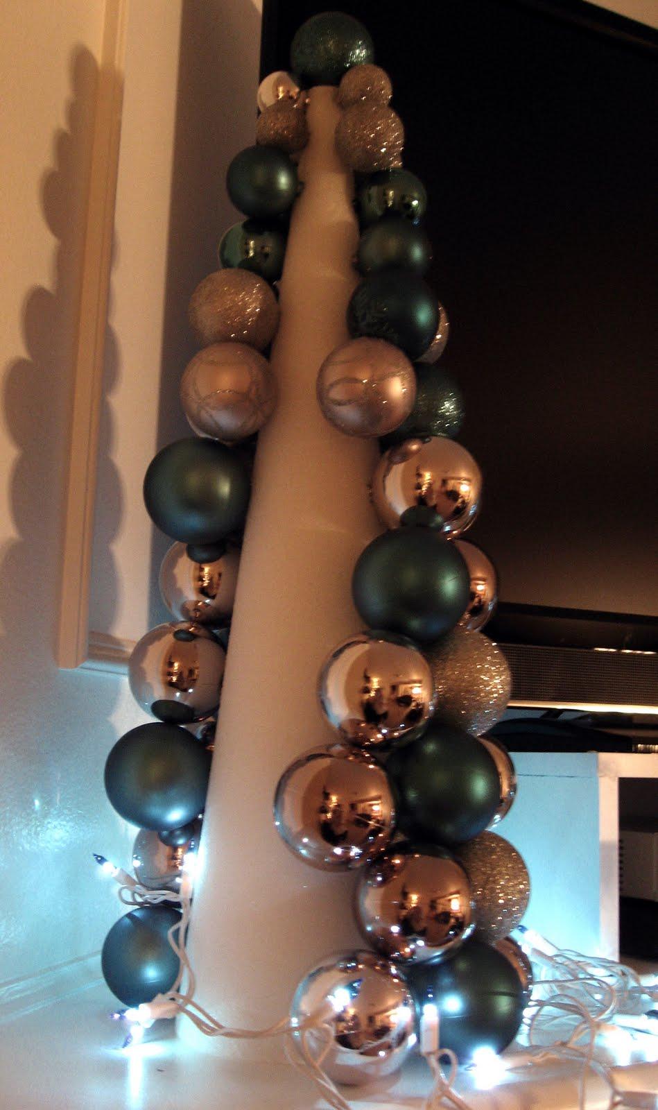 Настольные елки на конусах разной высоты: елка из елочных шаров - принцип создания, вид сзади