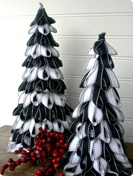 Настольные новогодние елки своими руками - на основе конусов: полоски ткани, сложенные петельками и точно также наклеиваемые кругами и уровнями на конус