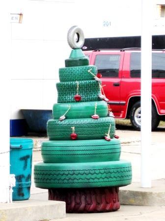 Новогоднюю елку на улице можно сложить из автомобильных шин, окрашенных в зеленый цвет