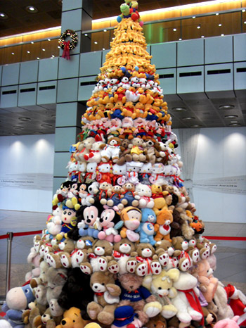 огромные елки из мягких игрушек
